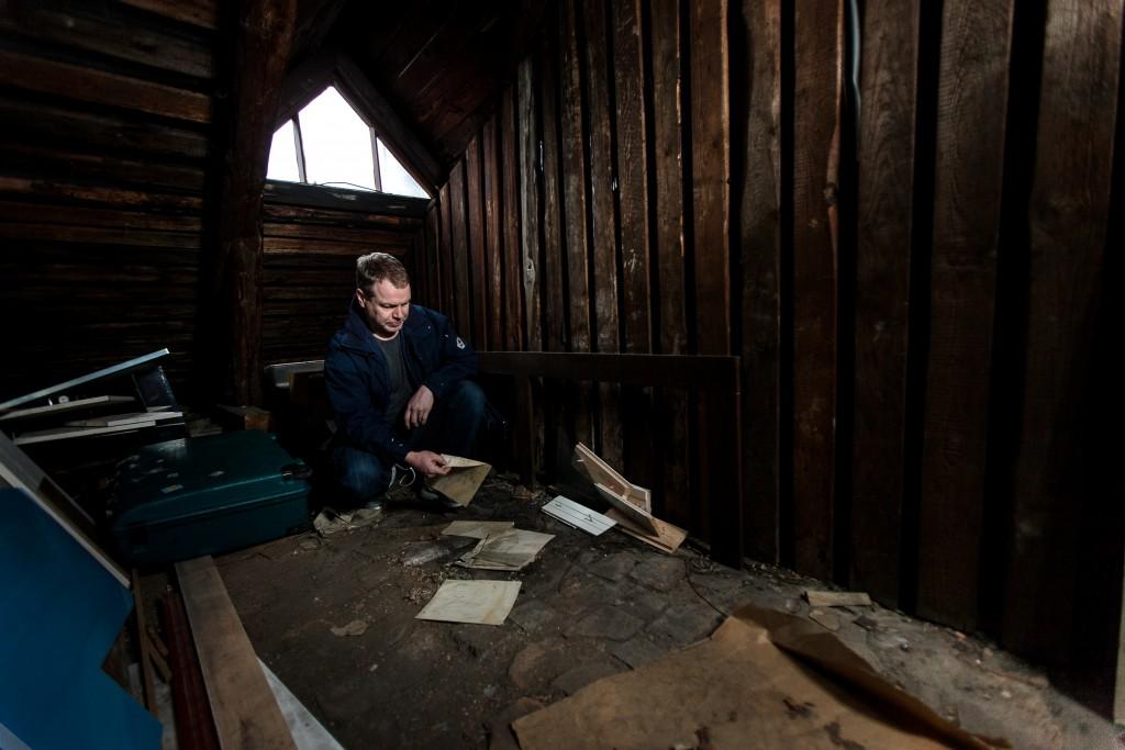 Petsamon Nikkelin arkku on kannettu pois Jouni Porkan vintiltä Helsingin Kruununhaasta, mutta lattialle on jäänyt vielä joitakin vanhoja papereita ja postikortteja.