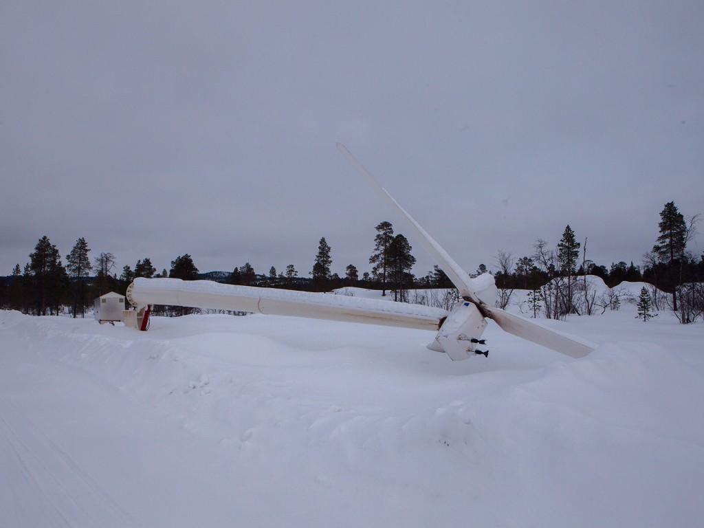 Jeera-asuntolan lähelle pystytetyn tuulimyllyn oli tarkoitus parantaa rakennuksen energiatehokkuutta. Tällä hetkellä mylly makaa maassa ja odottaa uutta vaihdelaatikkoa. / kuva: Antti Sepponen